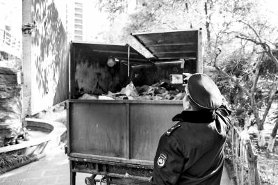郑州市强制垃圾分类执法首日,发现了一起垃圾混装混运事件